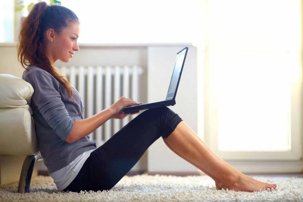 Девушка смотрит рекламу на ноутбуке