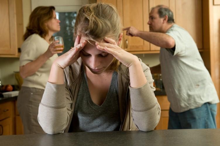 Девушка слушает ссору родителей