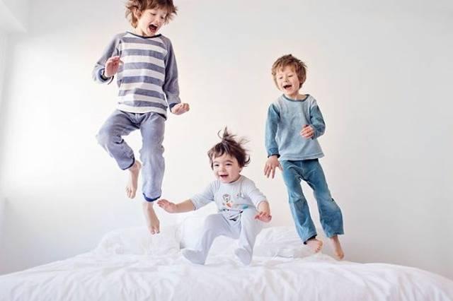 Дети прыгают на кровате
