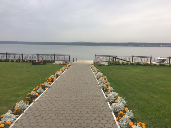 Живописный берег озера.