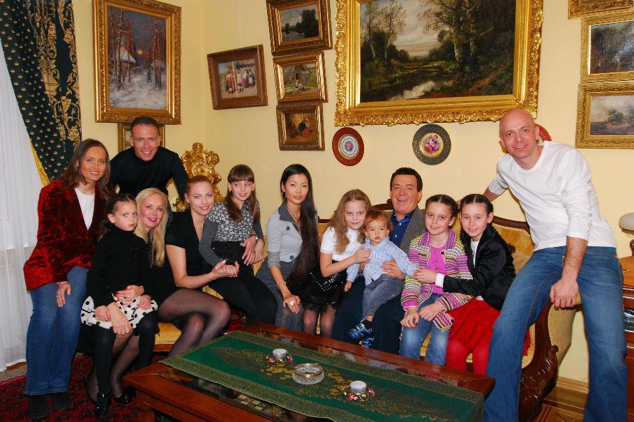 Иосиф Кобзон в окружении детей и внуков
