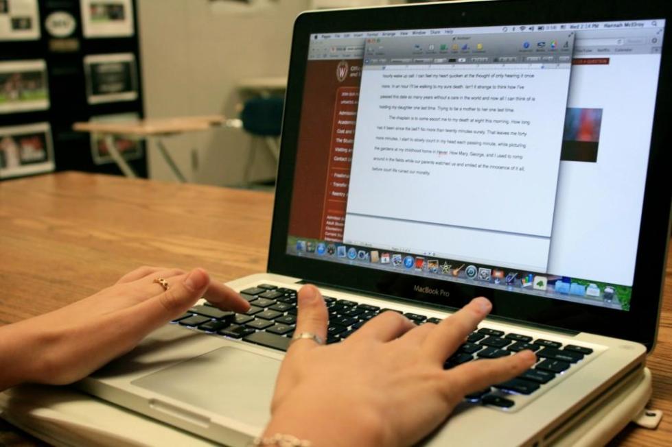 текст на экране ноутбука