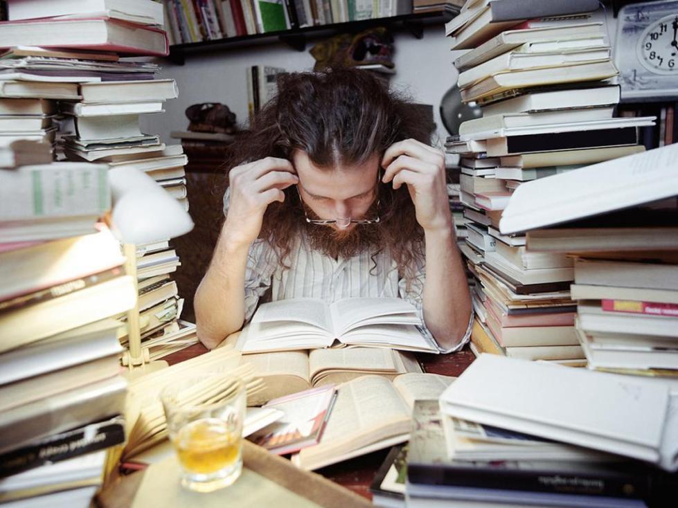 Человек в окружении книг