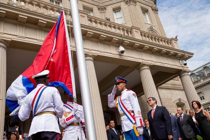 кубинский флаг у посольства