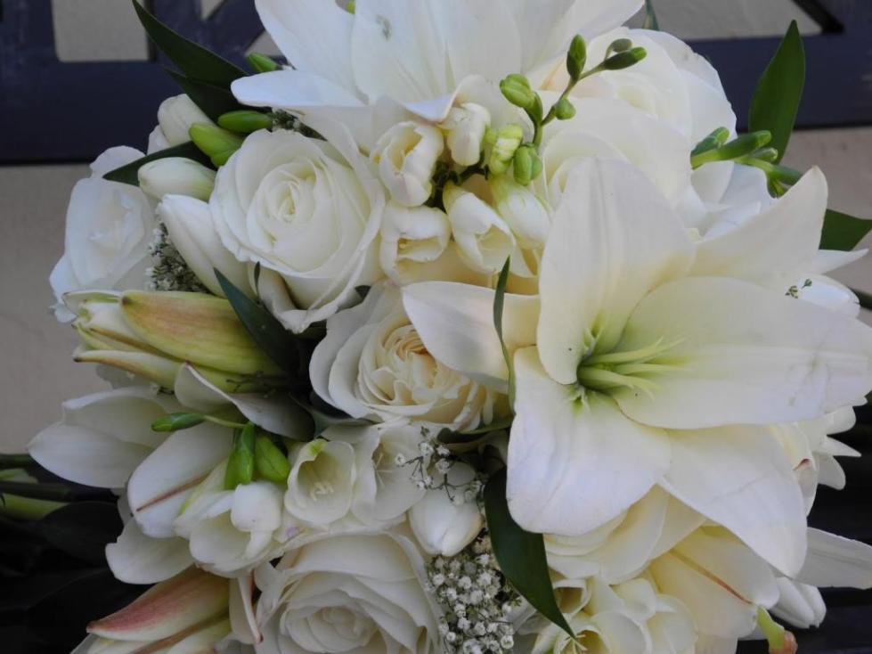 Белые розы и лилии