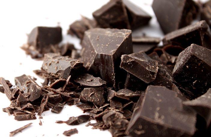 Куски черного шоколада