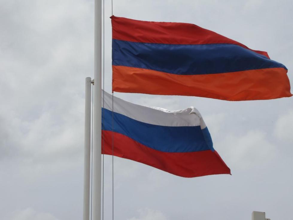 российский и армянский флаги