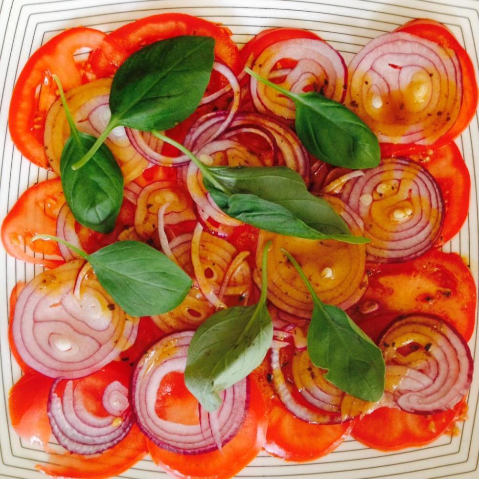 помидоры, лук, базилик