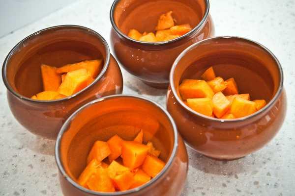 Помещаем кусочки тыквы в горшочки