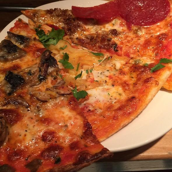пицца с колбасой, сыром и грибами