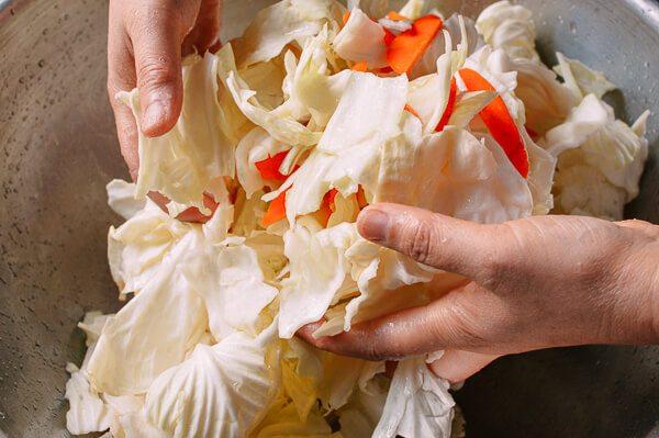 Перемешивание овощей руками