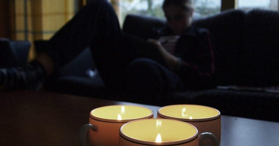 Почистить квартиру с помощью свечи