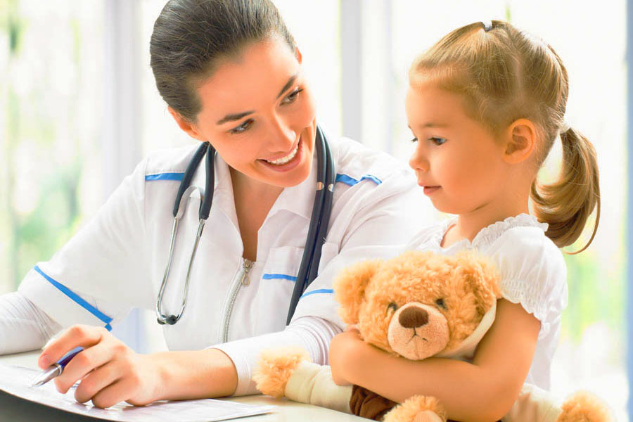 Педиатр и маленький пациент