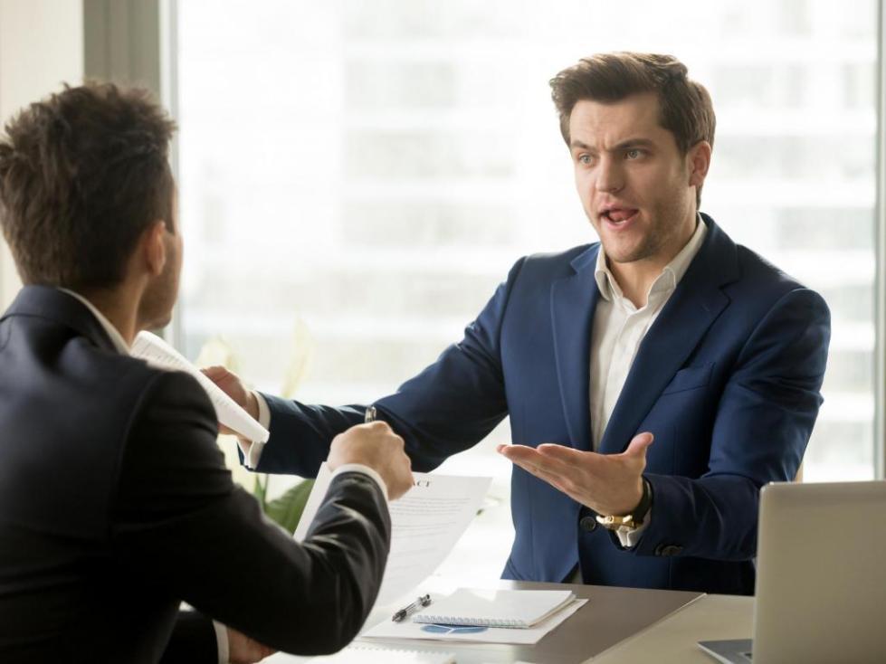 Разговаривающие мужчины