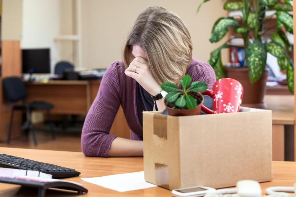 Женщина и коробка с вещами
