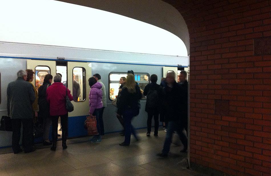 Пассажиры на станции