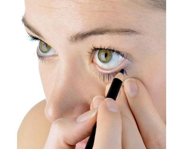 процесс обводки глаза карандашом