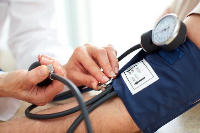 на какой руке измерять артериальное давление