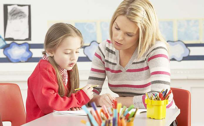 ребенка тестирует психолог