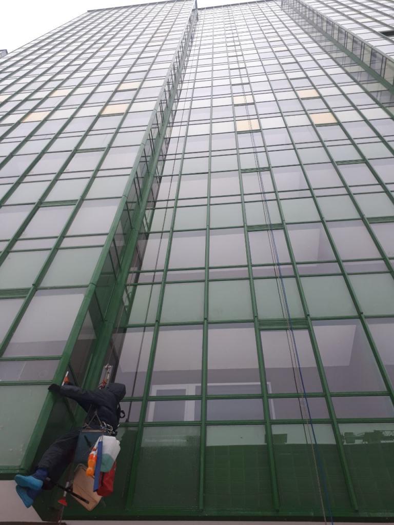 высота зданий с которыми работают альпинисты бывает разной