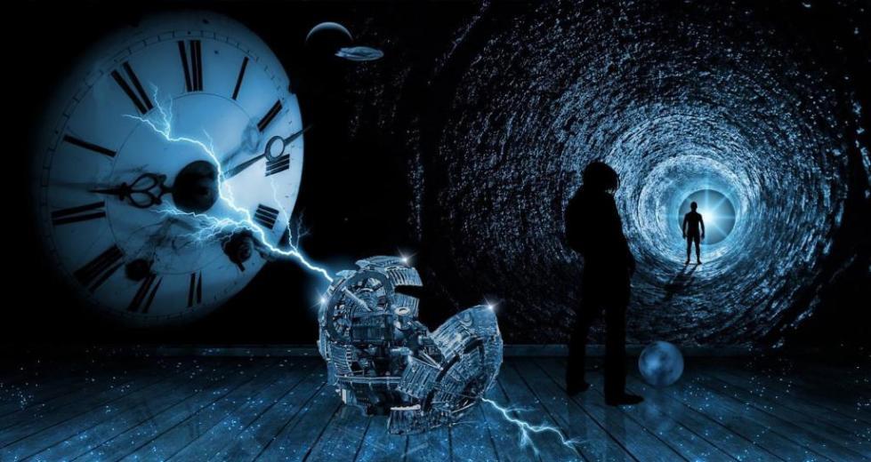 сломанные часы и идущий по тоннелю человек