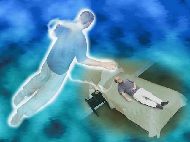 душа мужчины смотрит на тело со стороны