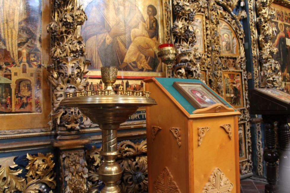 У церковного алтаря