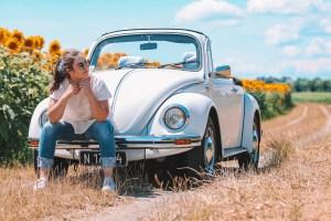 Theresa Marka als TextMarka by TM auf einem VW Oldtimer sitzend