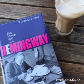 Hemingway-Biografie mit Latte Macchiato