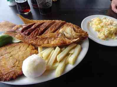 Fisch mit Arepa, Pommes und Patacon
