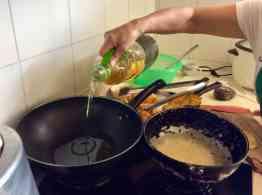 Zum Frittieren wird pflanzliches Öl verwendet (Bild: M. Schäfer, Textrakt)