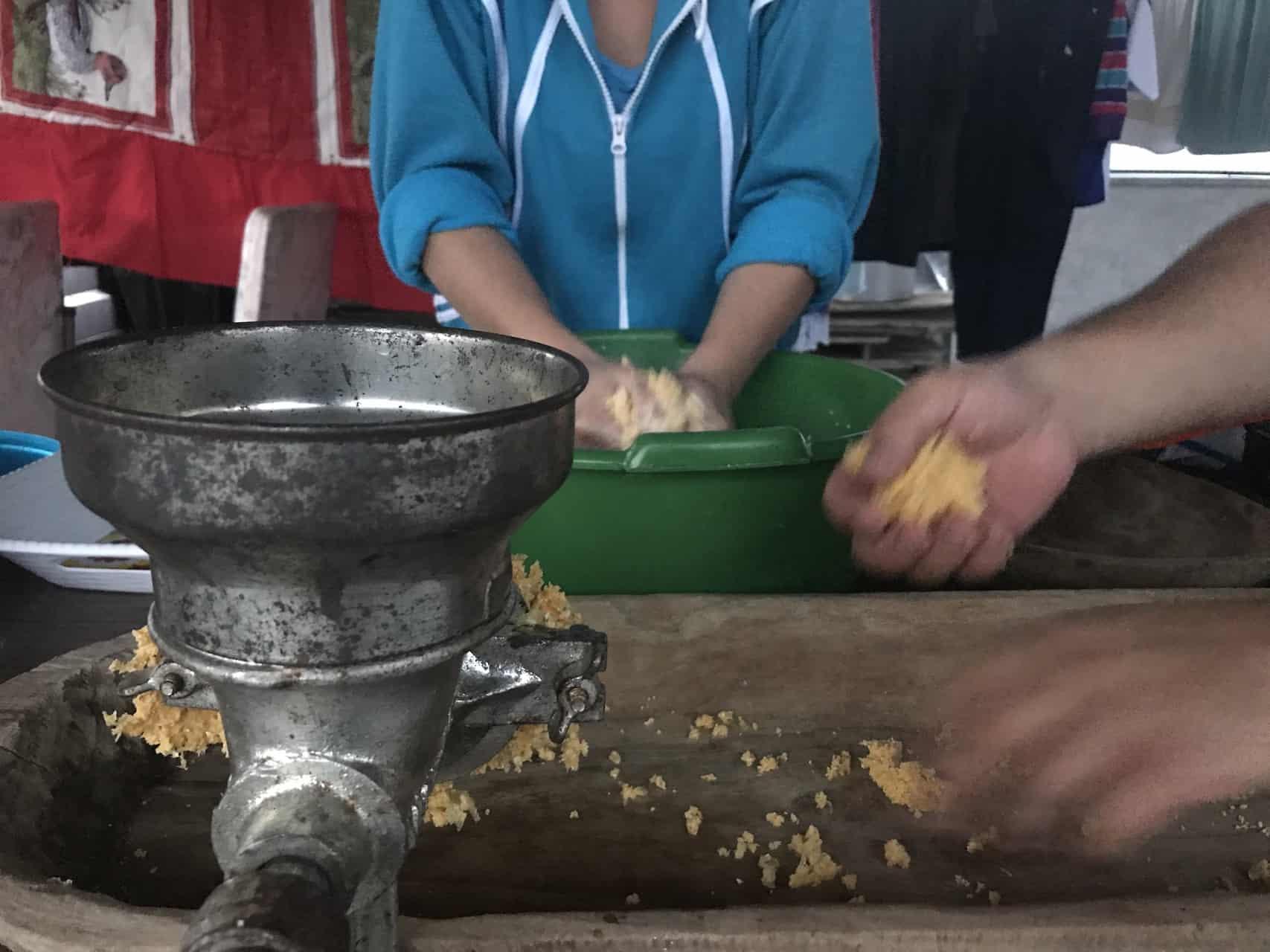 Traditionelle Geräte: Mühle und Holzschale