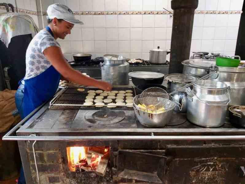 Die kleinen Arepas werden auf einem Gitter auf dem traditionellen Herd gebacken. (Bild: M. Schäfer)