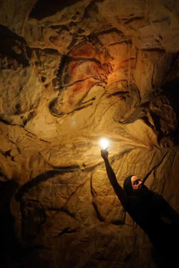Hohlenmalerei im Licht der selbst gemachten Kerze