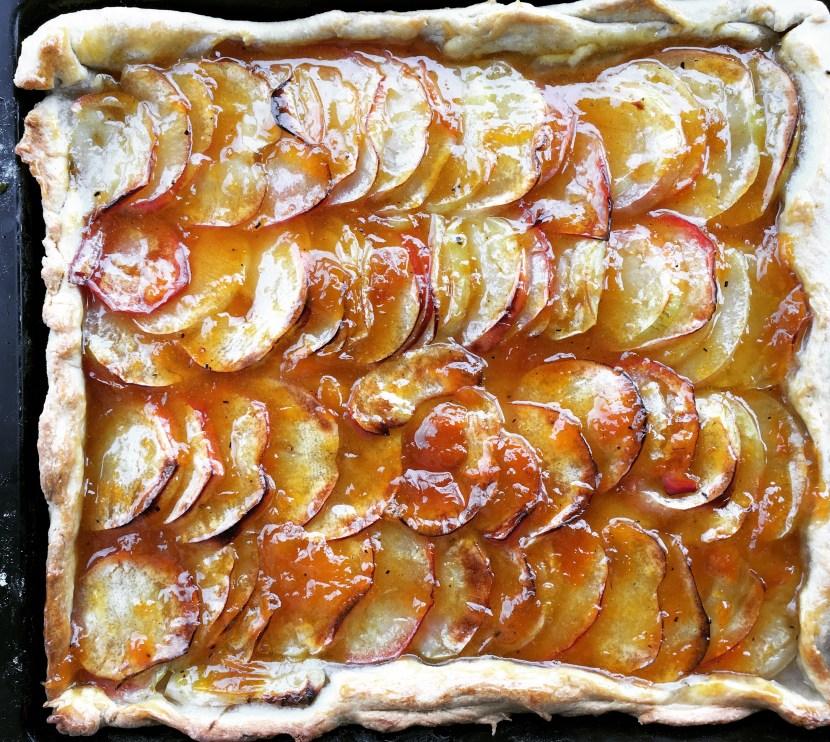 Französischer Apfelkuchen mit Aprikosenmarmelade