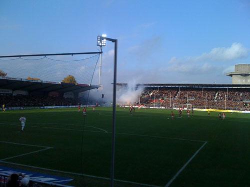 Die Cottbusser Fans verhalten sich unsportlich und schießen Bangalische Feuer auf den Platz