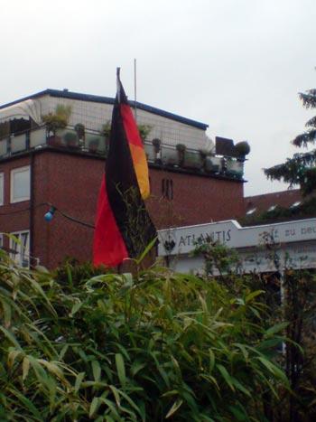 Traurige deutsche Fahne vor dem Spiel D-POR