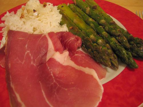 Grüner Spargel mit rohem Schinken & Reis