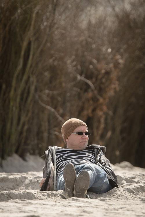 Langgestreckt an den Dünen von Helgoland