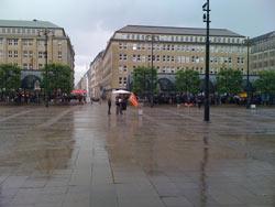 Hamburg, Rathhausmarkt: Mahnwache  bei Regen