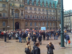 Hamburg, Rathhausmarkt: Mahnwache bei Sonnenschein