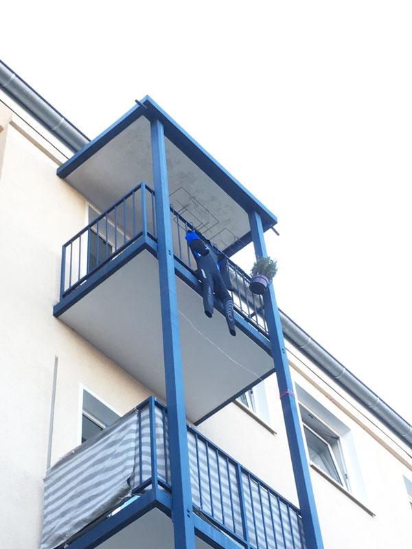 Neo auf dem Balkon
