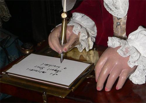 Der Schreiber setzt die Feder an