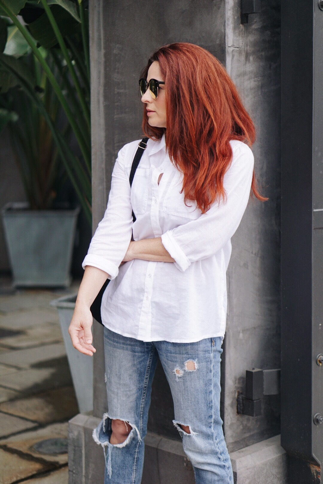 casual style, wardrobe basic outfits, I don't know what to wear, I'm bored with my clothes, white shirt, boyfriend jeans, red hair inspiration