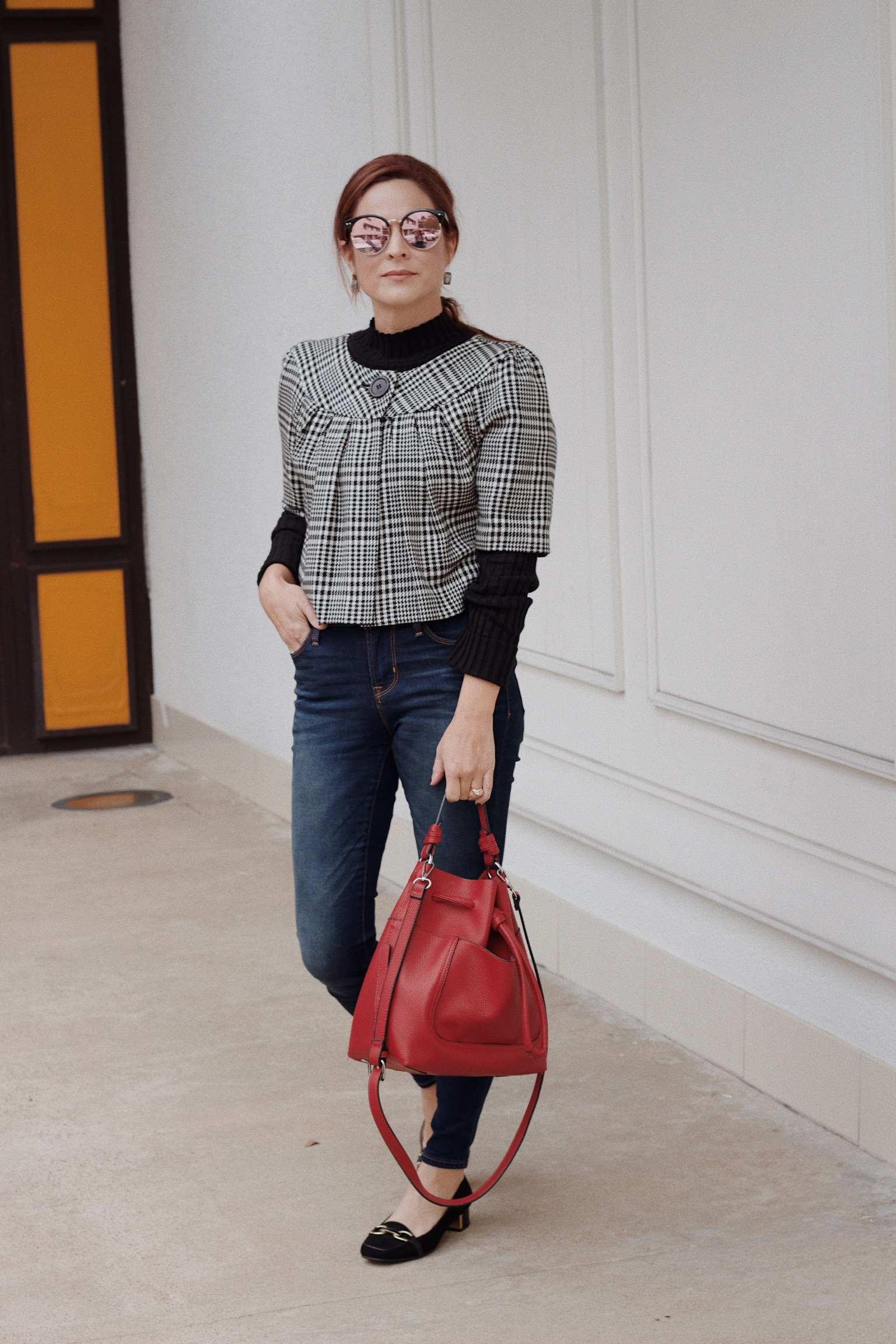 dark wash skinny jeans, houndstooth jacked outfits, loafers with jeans, red bag outfits, short sleeve jackets