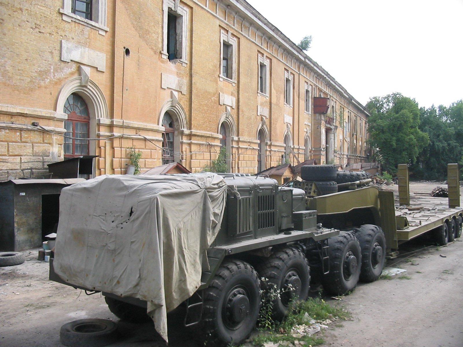 Так виглядав задній двір сьогоднішнього Мистецького арсеналу у 2005 році, під час демонтажу військового обладнання