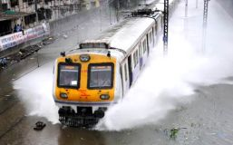 बारिश ने रोकी मुंबई की रफ्तार, ट्रेनों की आवाजाही रुकी