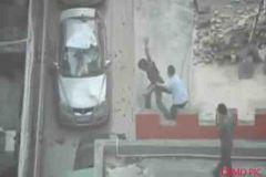 युवक ने नहीं दिए पैसे पुलिस वाले ने फेंका छत से