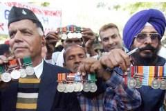 वन रैंक वन पेंशन: पूर्व सैनिक आज लौटाएंगे मेडल