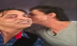 शाहरुख ने शोएब अख्तर को किया किस,फोटो वायरल